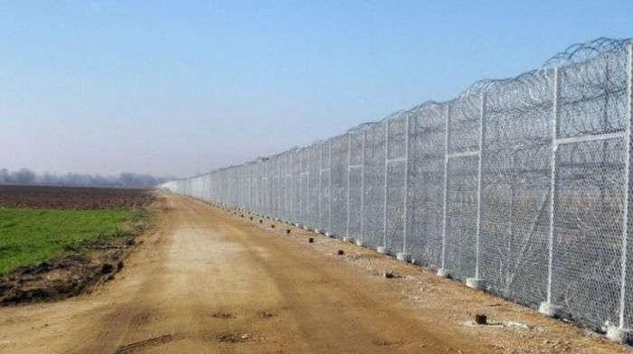 Подалі від гріха: Латвія збудувала 23 км паркану на кордоні з Росією