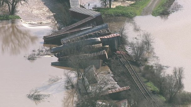 У Каліфорнії 22 вагони вантажного потяга зірвалися в річку (ФОТО)