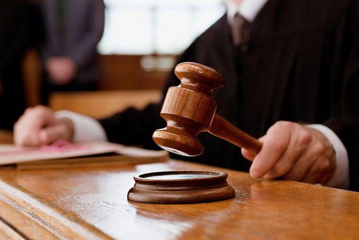 Українці обурені вчинком судді, який виселив людей і отримав їхню квартиру