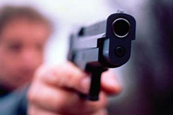 У Львові чоловік погрожував пістолетом, а потім намагався зарізати себе
