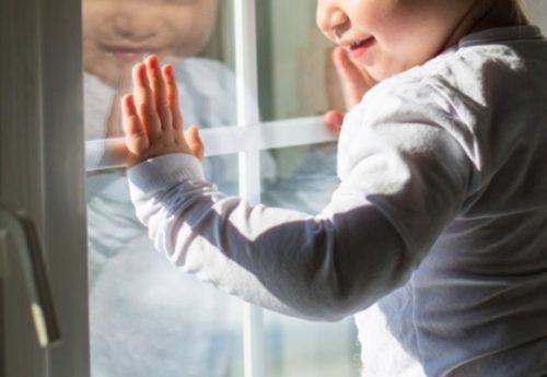 Вночі чотирирічна дівчинка випала з балкону. А матір в цей час…