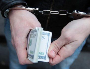 Безсоромні: двох прокурорських працівників впіймали на величезних хабарах