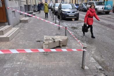 Будьте обережними!!! В самісінькому центрі Львова обвалився балкон, дівчина дивом врятувалася від загибелі
