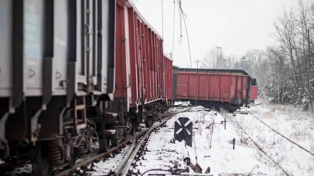 Страшне лихо: У Києві від зіткнення з вантажним потягом 9 вагонів зійшли з рейок