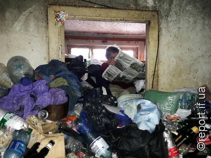 Сам собі проблем наробив: чоловік 4 дні пролежав під сміттям у власній квартирі