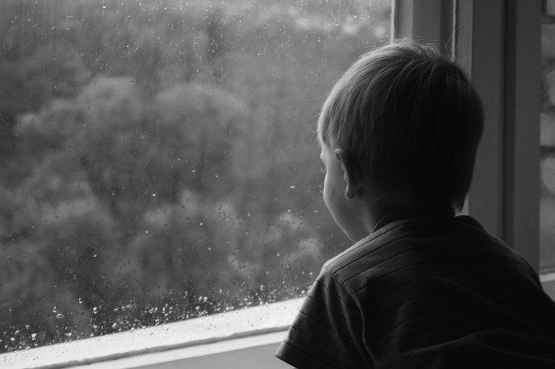 Батьки зачинили трьох хлопчиків у комірчині та пішли бенкетувати на кілька днів