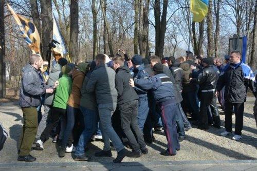 Націоналісти і люди Медведчука влаштували масову бійку на могилі Тараса Шевченка (ФОТО, ВІДЕО)