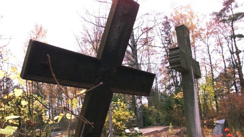 Відтяли голову та крила: сплюндровано могилу найвпливовішого львівського авторитета (ФОТО)