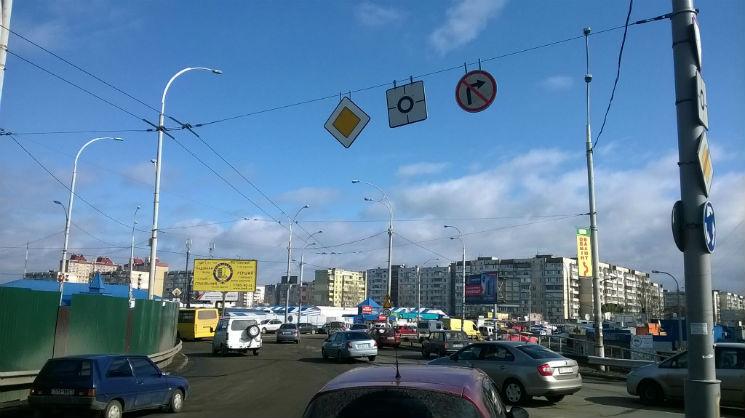 """Як столичні дорожники залишають """"ями-сюрпризи"""" для водіїв"""