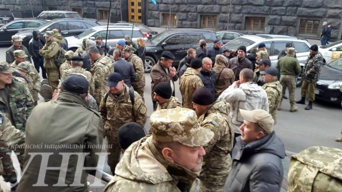 У центрі Києва зібралось пів сотні людей в камуфляжі (ФОТО)