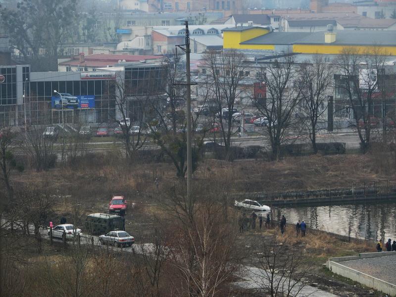 Взагалі неадекватний: у Львові чоловік порубав і втопив своє авто. Причина вас ошелешить (ФОТО, ВІДЕО)