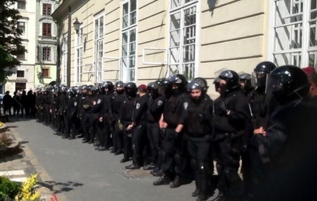 Що ж там коїться!!! У Львові під Ратушею зібралися протестувальники, подробиці вражають
