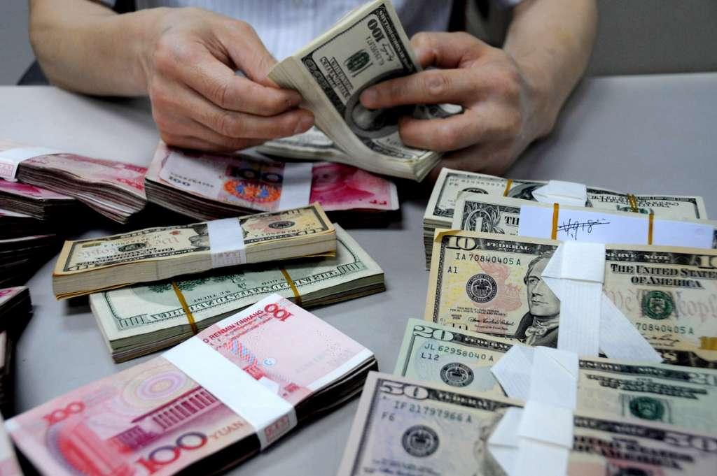 Українці масово зносять валюту в обмінники. Такий ажіотаж спричинений…