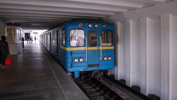 У Києві чоловік впав на колію метро