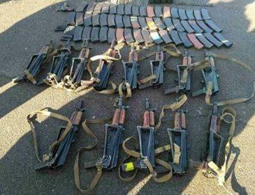 13 автоматів у багажнику, – під Києвом затримали чоловіка зі зброєю (ФОТО)