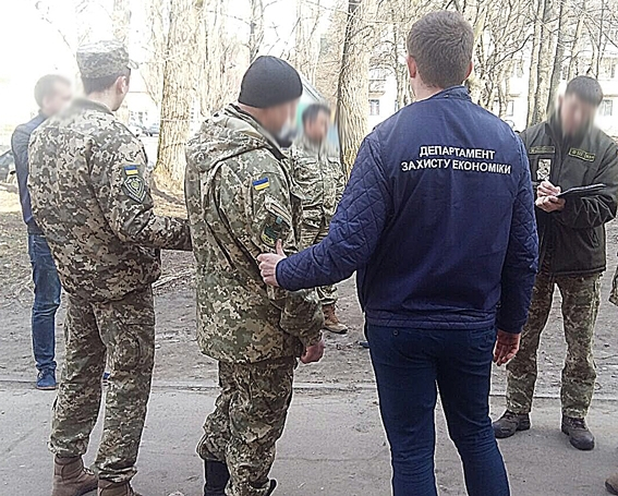 Безсовісні: на хабарі затримали військового та посадовця РДА (ФОТО)