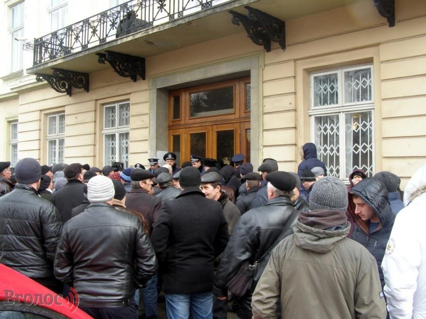 ТЕРМІНОВО! Львівську обласну раду пікетують десятки людей. Причина вас вразить (ФОТО)