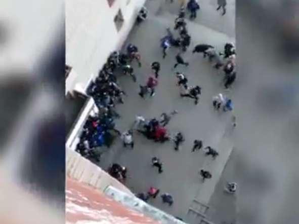 ТЕРМІНОВО!!! У Львові сталася кривава масова бійка між підлітками із ножами і кастетами (ВІДЕО 18+)