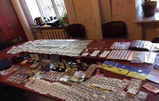 Шокуюча знахідка..: що знайшли в квартирі начальника поліції (ФОТО)