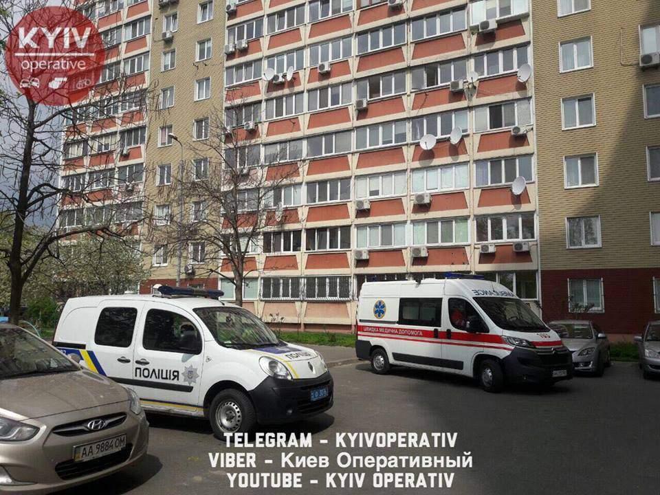 В Києві чоловік викинувся з вікна, подробиці цього самогубства шокують (ФОТО 18+)