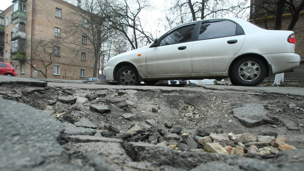 """Це має знати КОЖЕН автомобіліст! Як виграти компенсацію ремонту машини через """"діряву"""" дорогу"""