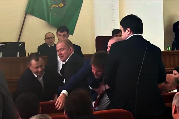 Клоунада в Харківській міськраді: Як охоронці Кернеса на руках виносили депутата з сесійної зали (ВІДЕО)