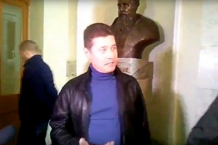 НЕМА СИЛ ТЕРПІТИ: Львів'янин вручив пакет зі сміттям Садовому (ВІДЕО)