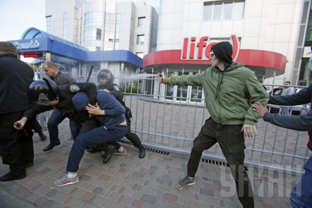 ТЕРМІНОВО!!! У Миколаєві сталася масова кривава бійка, причина наводить жах на всю країну  (ВІДЕО)
