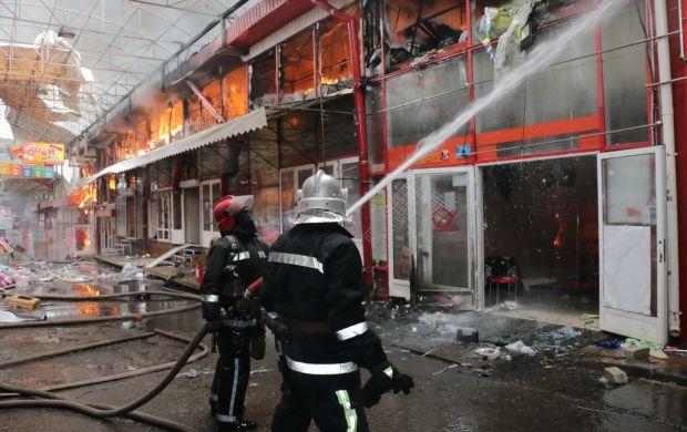 ТЕРМІНОВО!!! У Харкові горить ринок! Товари, конструкції все у вогні! Такий масштаб важко навіть уявити!