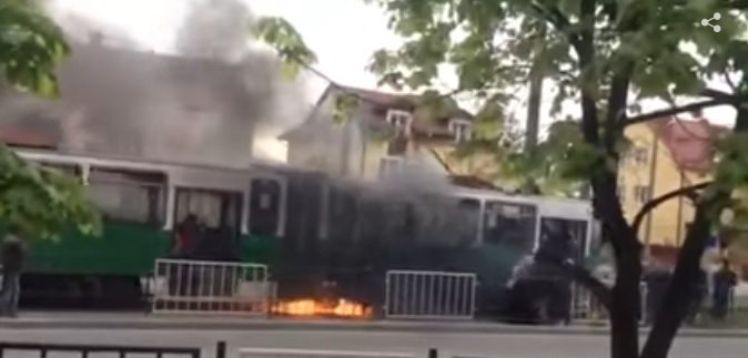 У Львові під час руху загорівся капітально відремонтований трамвай. Епічне відео, від якого мурашки по тілу!