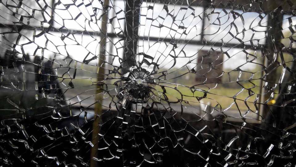 Що коїться в цій країні? Жахливий обстріл тролейбуса. Від фото у жилах стигне кров! Не для слабкодухих!