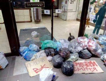 У Львові протестують проти закриття соцмереж: Активісти закидали сміттям магазин Рошен (ФОТО)
