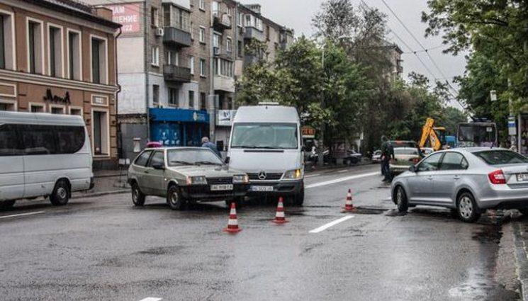 Шокуюче відео зіткнення легковика з маршруткою у центрі Дніпра. Мороз по тілу від побаченого!