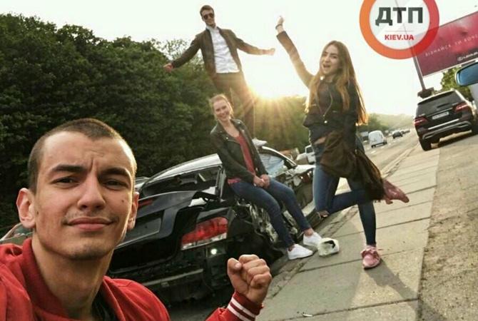 """Мережу обурили """"мажори"""", які позують біля розбитого авто! Як так можна? Фото шокують!"""