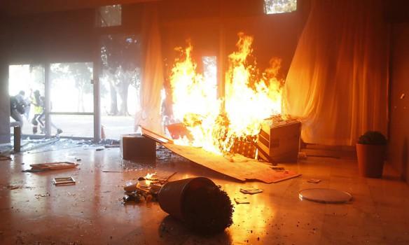 Помста народу: урядова будівля у вогні. Деталі наводять ЖАХ!
