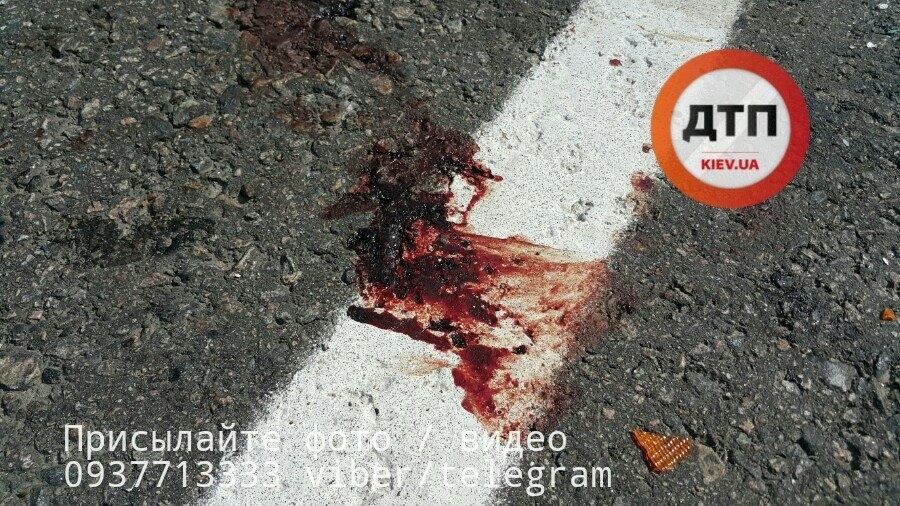 Тіло розмазало через усю трасу: під Києвом сталася страшна смертельна ДТП, там були ріки крові (фото 18+)