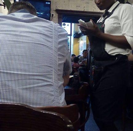Всім би в неї повчитися : В Івано-Франківську темношкіра офіціантка вразила російськомовних відвідувачів!
