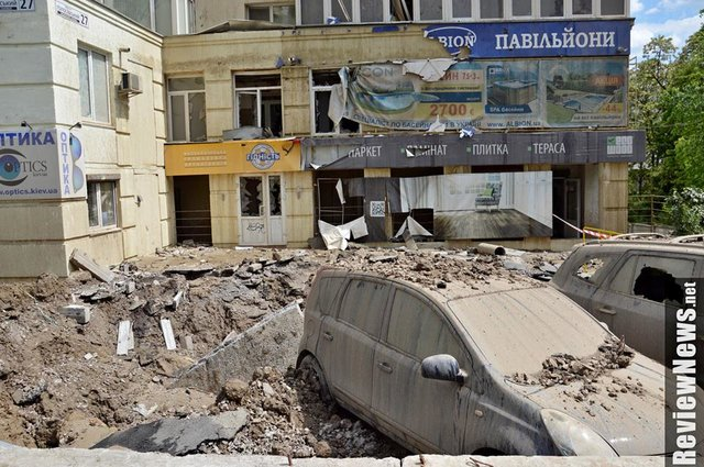 ТЕРМІНОВО! Страшна катастрофа посеред Києва.  Прорвало велику трубу, фонтан води досяг сьомого поверху