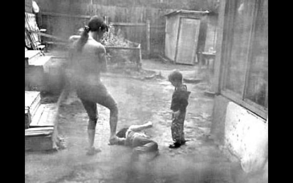 Била, поки донька не втратила свідомість… У Запоріжжі горе-мати жорстоко познущалася з 12-річної дитини