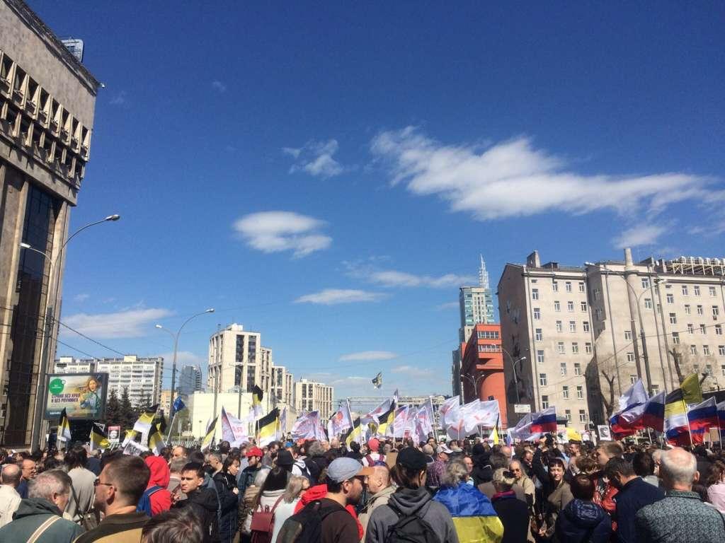 Оце почнеться: Москвичі з українськими прапорами вимагають зупинити Путіна! Ви тільки подивіться, що там коїться! (ФОТО)