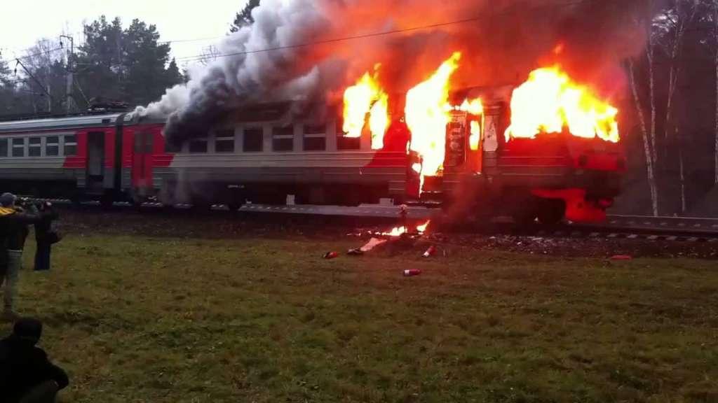ТЕРМІНОВО!!! В Чернівцях горить пасажирський потяг, люди вистрибують з вікон