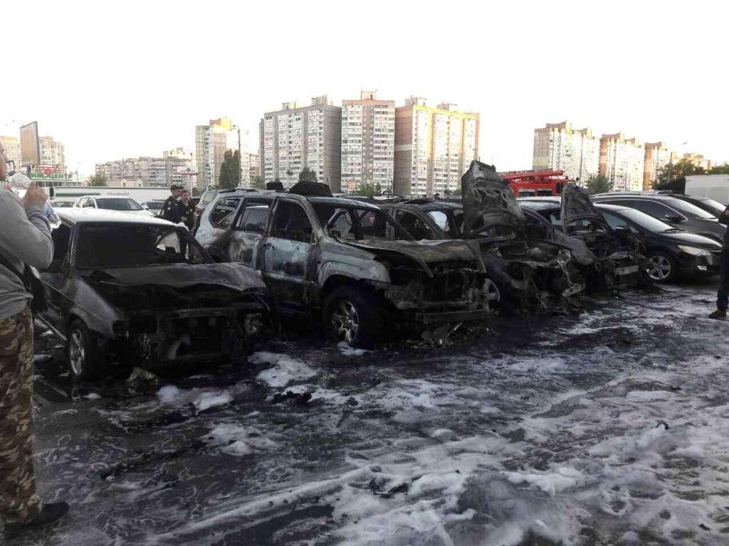 Бережіть свої автомобілі! У Києві за ніч вщент згоріли три автомобілі, ще 5 сильно пошкоджені! Шокуючі фото!