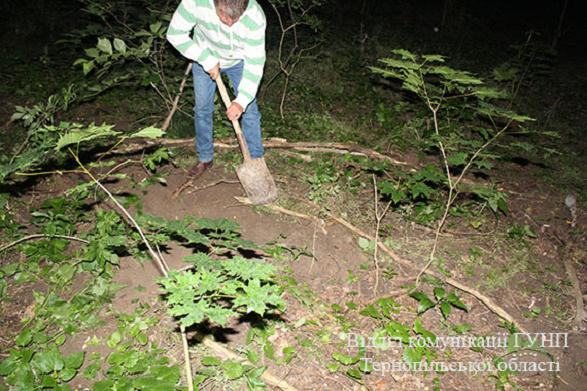 Шокуюча жорстокість: матір втопила новонароджену дитину в унітазі, а тіло закопала в лісі (18+)