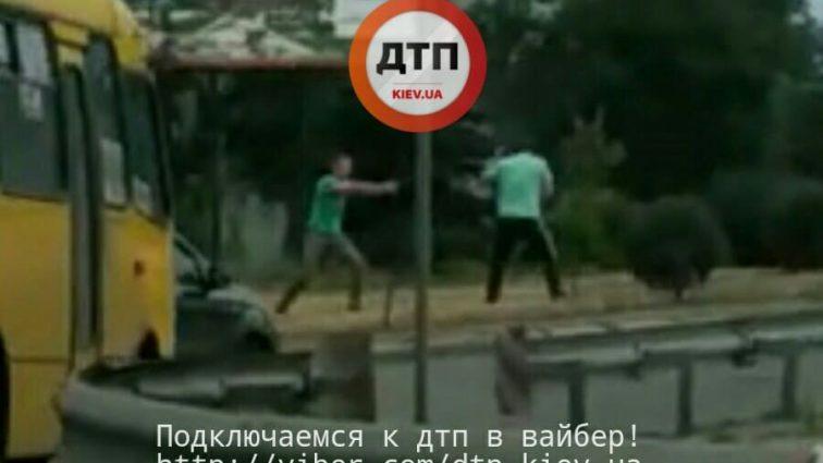 От тобі маєш! Конфлікт водіїв у Києві переріс у моторошну стрілянину! Шокуючі кадри з місця події
