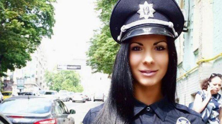 """""""Так вона ж без трусів!"""":  Найсексуальніша поліцейська України опублікувала надвідверті фото з відпочинку! Вам таке й не снилось!(18+)"""