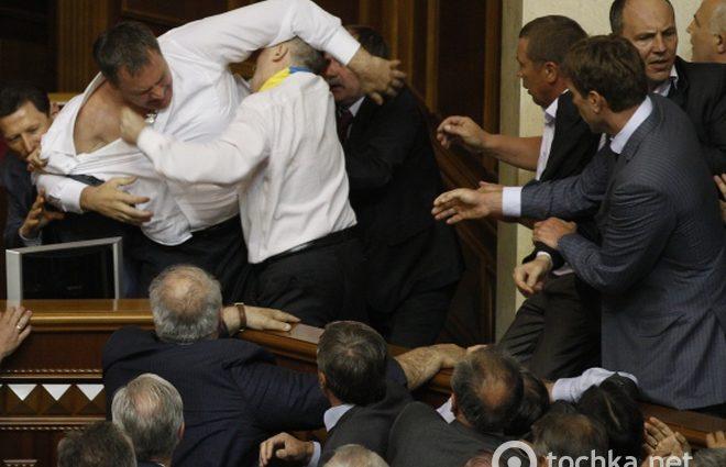 """Оце так поєдинок: депутати вийшли """"поговорити"""" в коридор у раді, але відомий боксер все """"розрулив"""" з допомогою кулаків (ВІДЕО)"""
