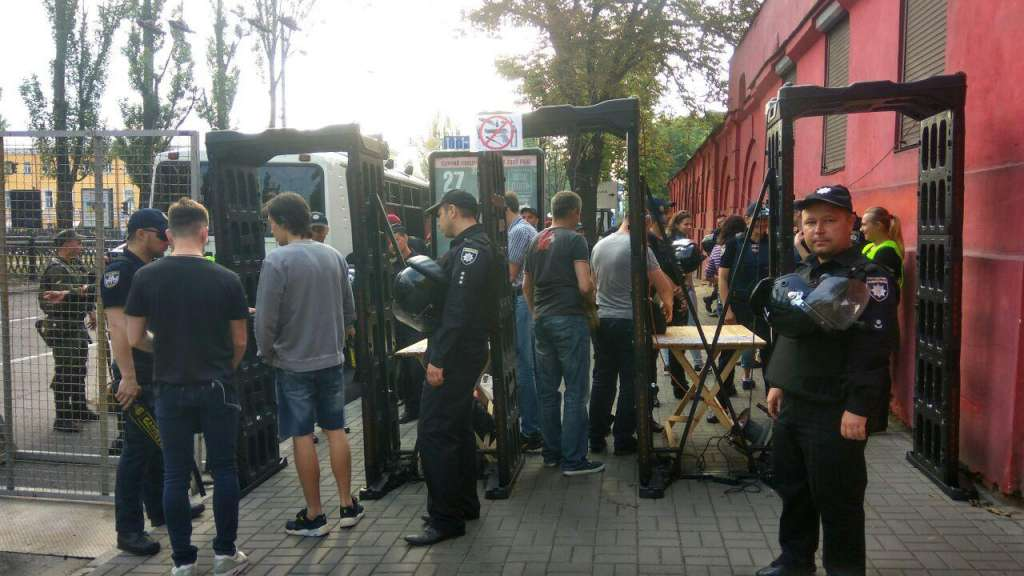 ТЕРМІНОВО!!! Поліція, металошукачі і решітки! В центрі Києва зараз дуже напружена ситуація!(ФОТО)