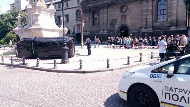 ТЕРМІНОВО! Смертельна ДТП  у Львові. Дорога іномарка в'їхала у натовп людей просто біля  церкви (ВІДЕО)