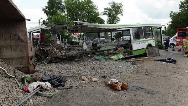 ЖАХІТТЯ!!! КАМАЗ влетів у маршрутку та легковик. Те, що сталося на Харківщині просто збиває з ніг, багато постраждалих