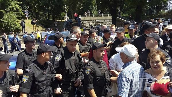 ТЕРМІНОВО!!! Під КМДА масовий протест, там тисячі людей, причина стосується всіх українців